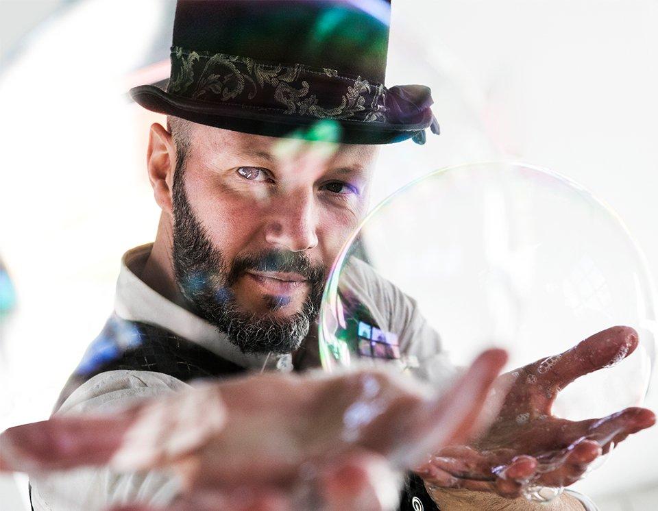 Il domatore di bolle Billy Bolla artista